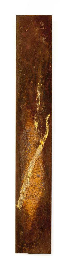 "(verkocht) ""Fossus V"" 2012. Roestvorming, bladgoud, staal. L 67cm, B 10cm."