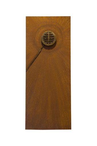 """""""Beschouwer X"""" 2010. Roestig staal, goud, magneten. L 100cm, B 40cm."""