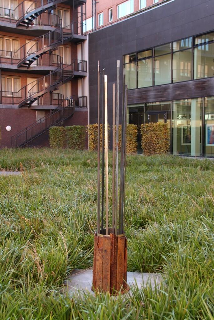 """""""Reprogress IV"""" 2011. Roestig staal, magneten, bladzilver. L 37cm, B 37cm, H210cm (gemaakt voor expositie """"De Stad"""" CBK ZO, Amsterdam)"""