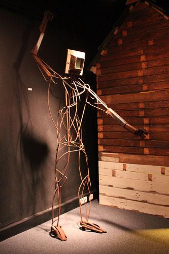 """""""Beschouwer I"""" 2005-2012. Staal, leer, zilver. L 250cm, B 100cm, D 130cm. (voortdurend project)"""