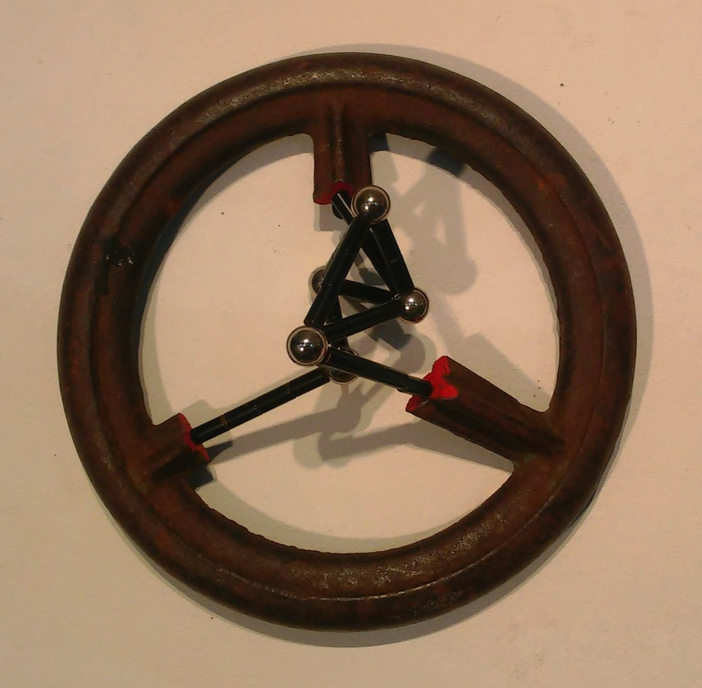 (verkocht) Stratugem V, 2016. Gietijzer, magneten. L 18cm B 18cm D 10cm