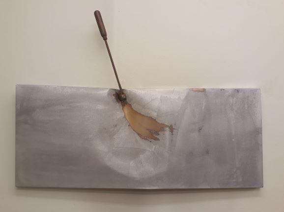 Panta Rhei XXXIX, 2019. Staal, lak, hamer. L 95cm B 65cm D 15cm.